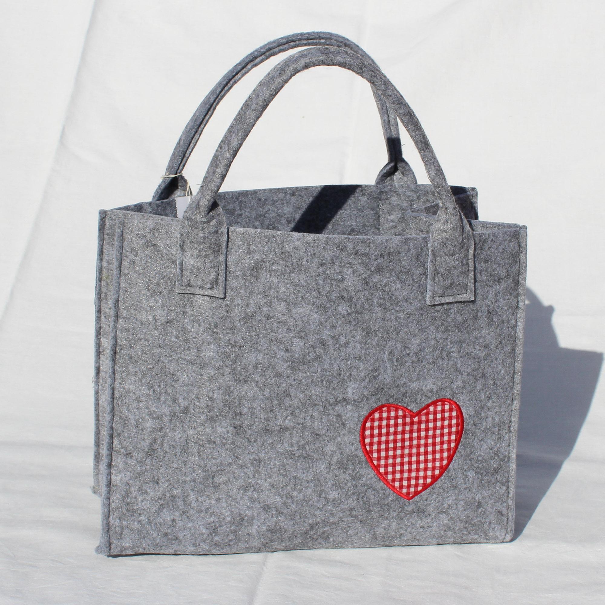 790e7a6259f40 Filz-Tasche hellgrau mit einem rot-weißen Herz - Gehrke GmbH